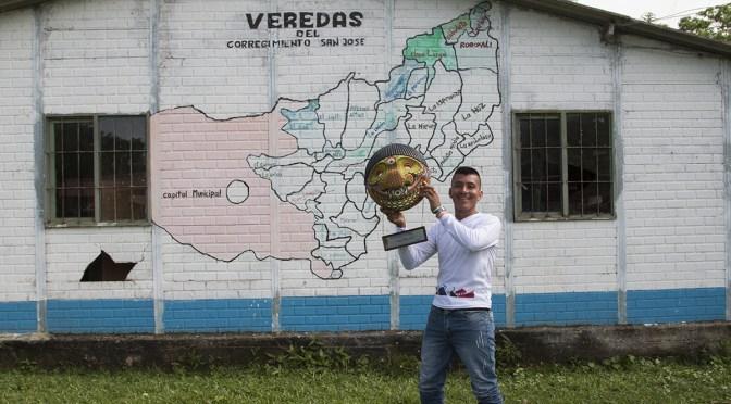 Friedensgemeinde, Kolumbien. Germán Graciano bringt die Auszeichnung Menschenrechtsverteidiger des Jahres 2018 in sein Dorf in Urabá.