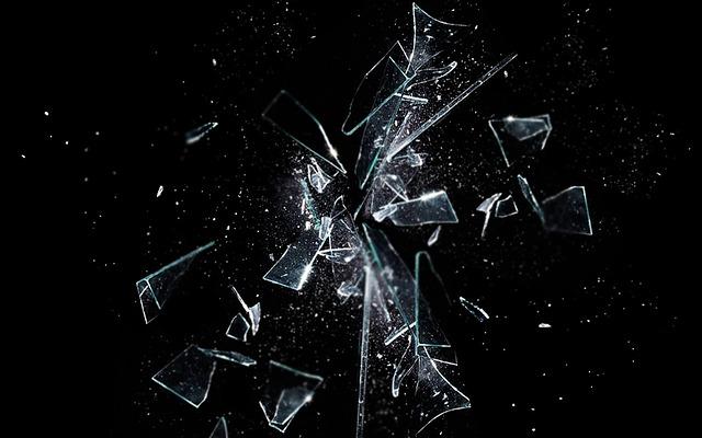 Zersplitterndes Glas - ein Schrei